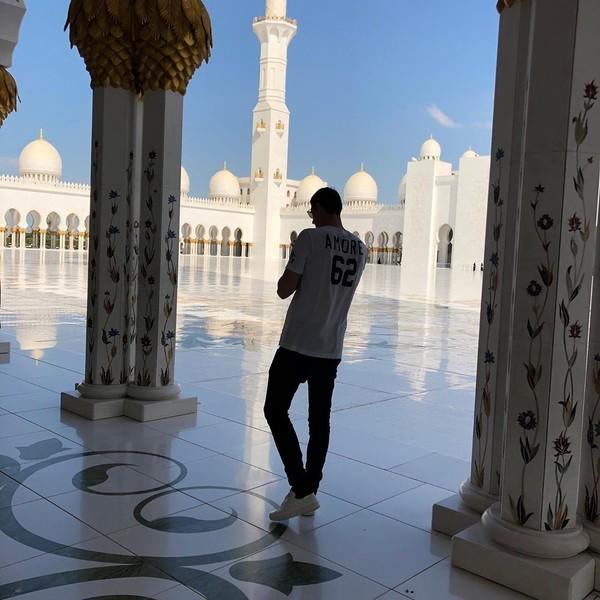 Berbarengan dengan Ramos, kiper Real Madrid Thibaut Courtois juga sempat pelesir ke Masjid Agung Sheikh Zayed. Thibaut bahkan menyebutnya sebagai salah satu destinasi terindah yang pernah dikunjunginya (thibautcourtois/Instagram)