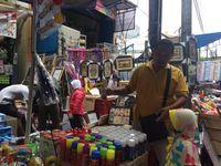 Penjualan Terompet di Pasar Asemka
