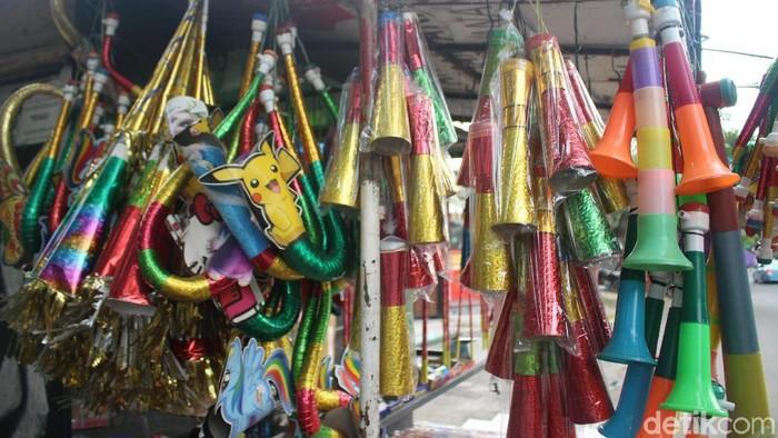 Berbagai jenis terompet dijajakan oleh pedagang kaki lima untuk menyambut malam tahun baru.Foto: Kireina S. Cahyani