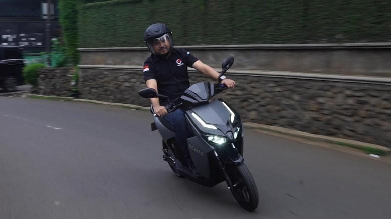 Harun Sjech beraksi dengan motor Gesits (Foto: 20Detik)