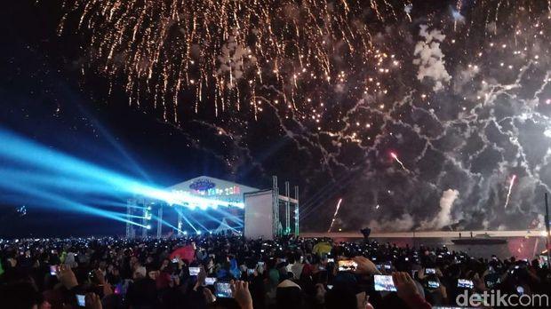 Kembang api menyala di Pantai Ancol selama 13 menit