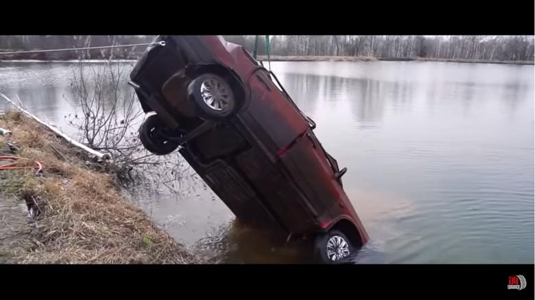 Mobil Direndam di Danau Selama 6 Bulan dan masih bisa menyala. Foto: Istimewa