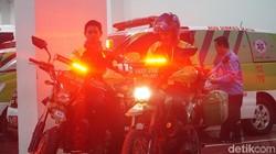 Di malam pergantian tahun, motor-motor berwarna hijau lincah membelah macetnya jalanan ibukota. Pengemudinya juga pakai seragam dominan hijau. Ojek online kah?