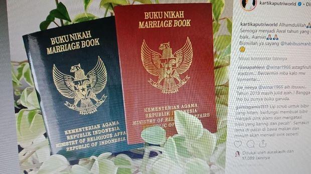 Buku nikah yang diposting Kartika Putri.