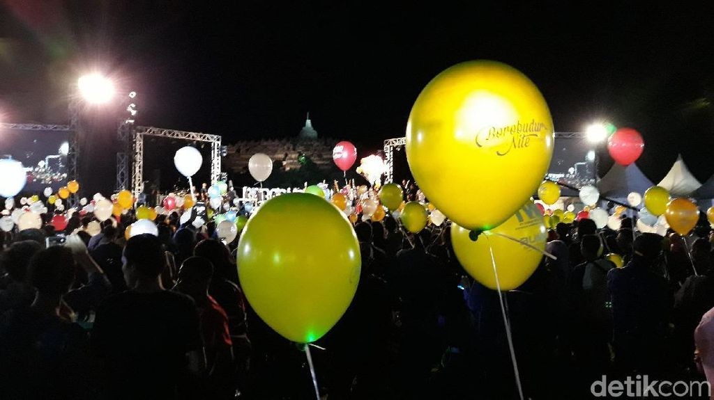 Balon Warna-Warni Hiasi Langit Borobudur di Malam Tahun Baru