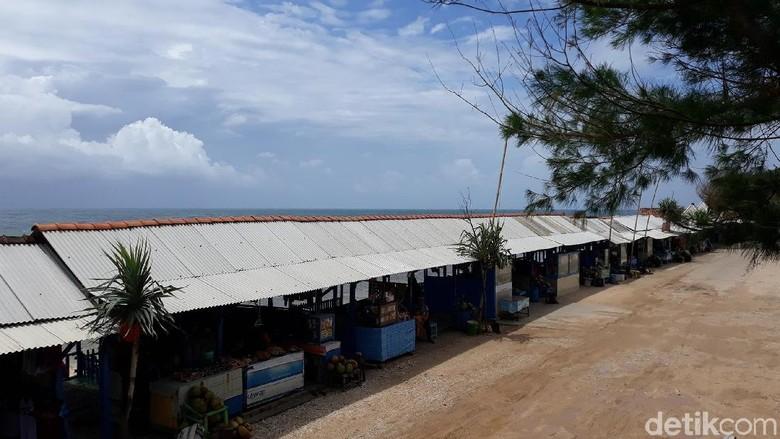 Jejeran pedagang di Pantai Sepanjang yang sepi pengunjung (Pradito Rida Pertana/detikTravel)