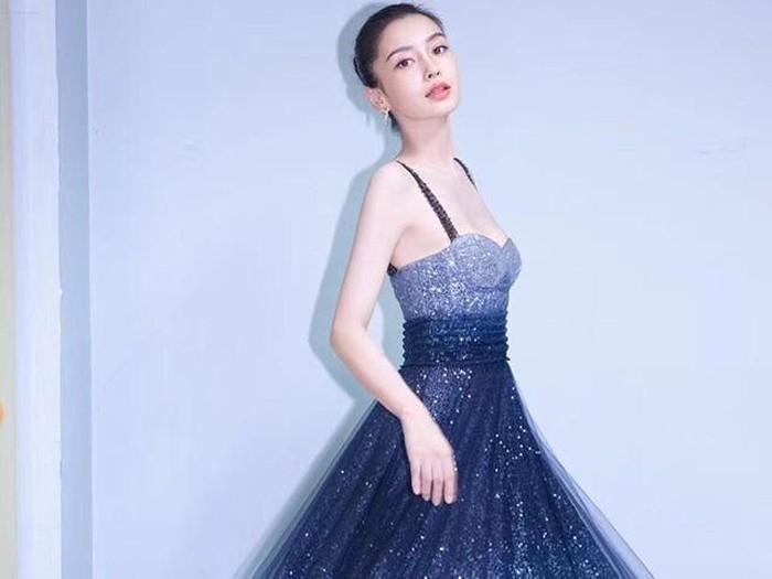 aktris asal China jadi kontroversi karena foto asisten berlutut saat gantikan sepatunya