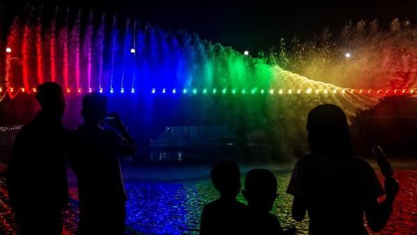 Air mancur ini akan menyembur berirama dan bisa berganti-ganti warna sesuai lampu yang menyala. Wajar bila banyak traveler yang tertarik untuk menontonnya. Cantik bukan? (ANTARA FOTO/Aji Styawan)