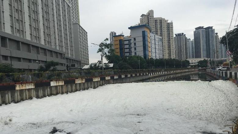 Cegah Limbah ke Sungai, Anies Akan Atur Usaha Laundry dan Cuci Mobil