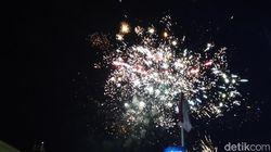 Bising Terompet dan Kembang Api Sambut Tahun Baru di Bandung