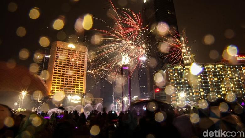 Pergantian tahun baru kian meriah di kawasan Bundaran HI, Jakarta. Detik-detik jelang 2019, pesta kembang api mewarnai langit.