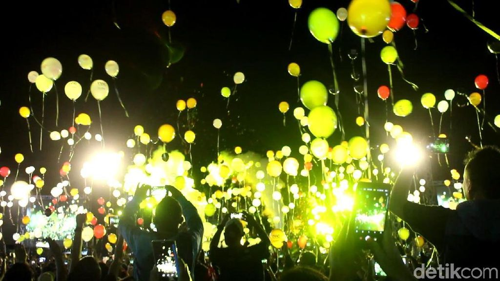 Foto: 1.500 Balon Tahun Baru Terbang di Candi Borobudur