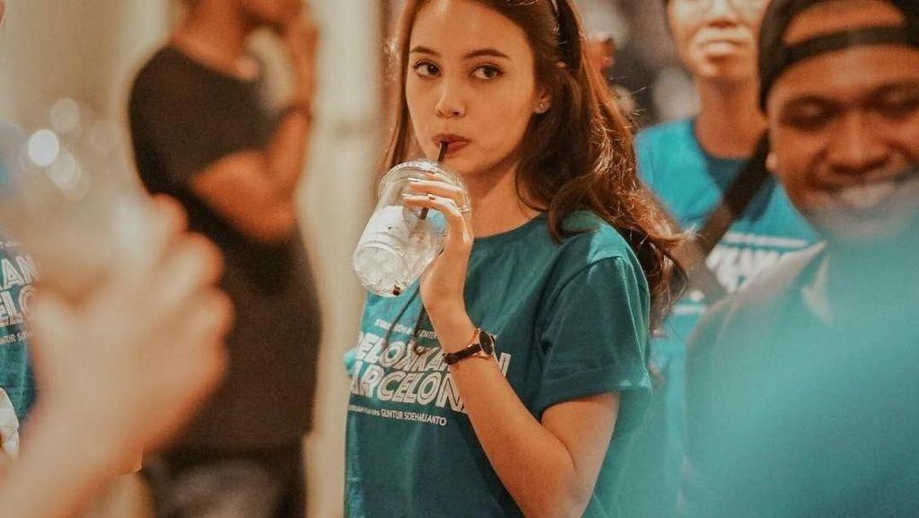 Pose Manis Anggika Bolsterli Saat Menikmati Es Krim hingga Kelapa Muda