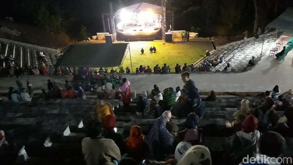 Tempat duduk panggung tersebut masih terbuat dari bahan semen dengan posisi menghadap ke arah utara (Pradito/detikTravel)