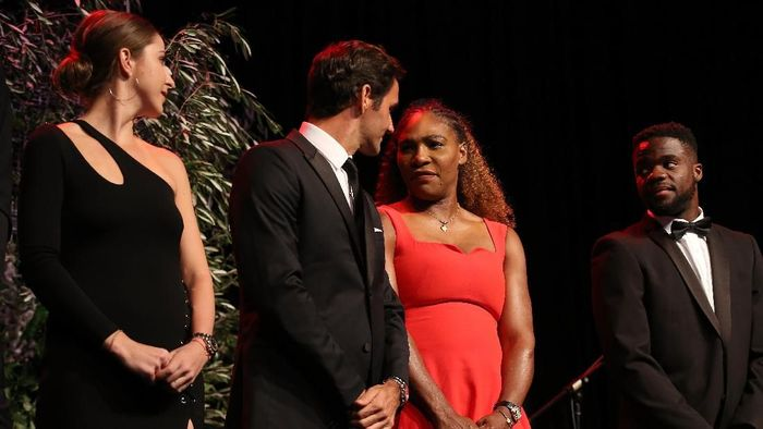 Roger Federer berhadapan dengan Serena Williams di Piala Hopman 2019 (Paul Kane/Getty Images)