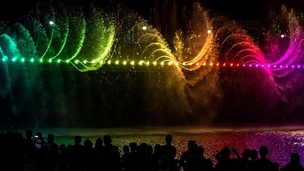 Titik itu antara lain seperti di Taman Kokrosono untuk sisi timur, serta sekitar tempat duduk di Jalan Bojongsalaman untuk sisi barat. Semarang Bridge Fountain bisa dilihat dari sisi Sungai Banjir Kanal Barat. (ANTARA FOTO/Aji Styawan)