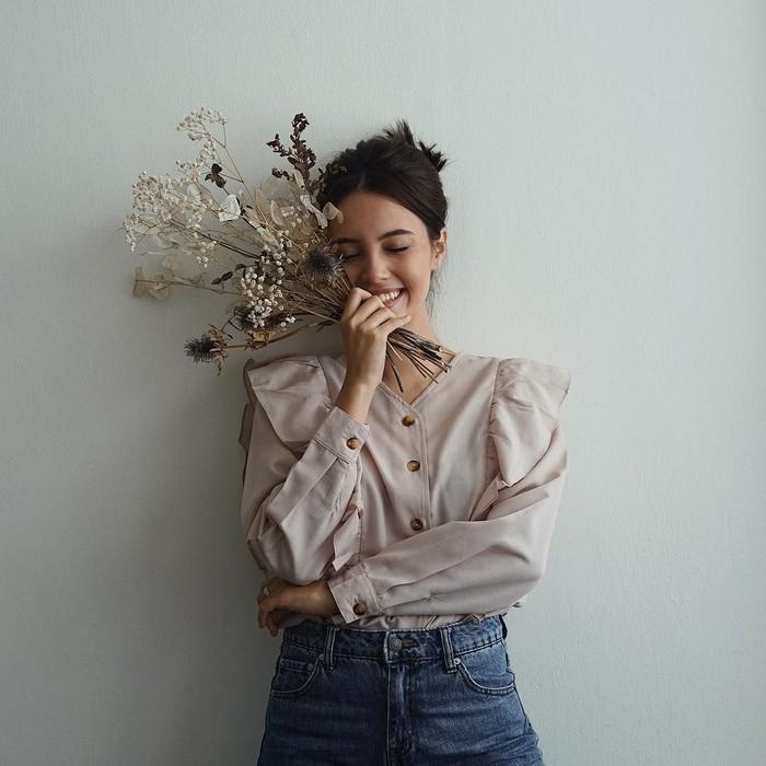 Gadis cantik berdarah Indonesia-Swiss ini memulai karirnya di dunia hiburan sejak 2013 lalu. Namanya semakin dikenal setelah ia membintangi film Belok Kanan Barcelona. Foto: instagram @AnggikaBolsterli