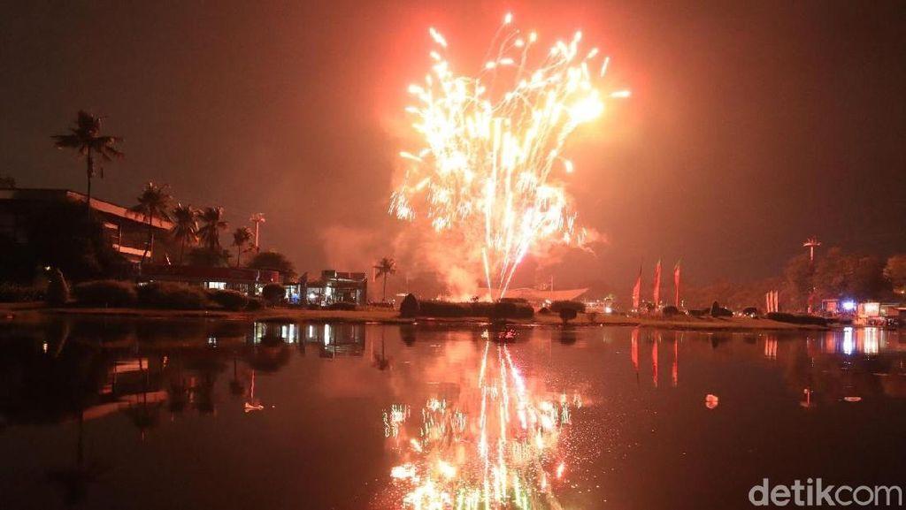 Meriahnya Pesta Kembang Api Tahun Baru 2019 di TMII