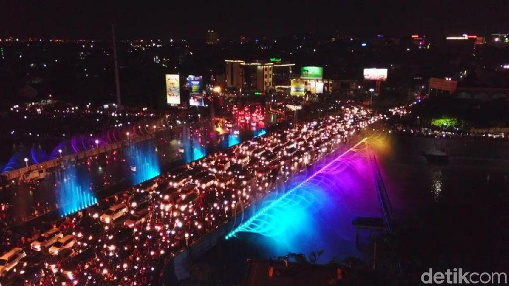 Foto: Indahnya Jembatan dengan Air Mancur Menari di Semarang