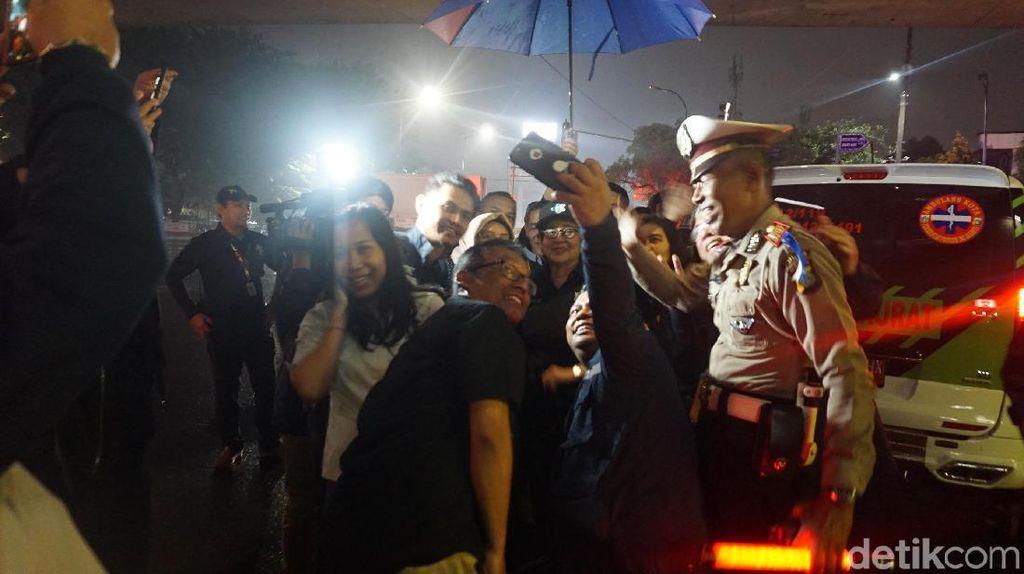 Diwarnai Gerimis, Menkes Lewatkan Tahun Baru di Bawah Flyover Tomang