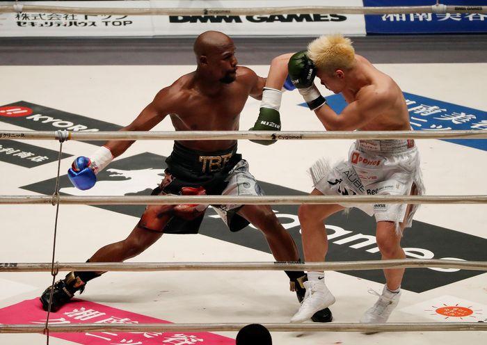Mantan juara dunia tinju lintaskelas, Mayweather, berhadapan dengan juara MMA dan juga atlet kickboxing asal Jepang, Nasukawa, pada malam tahun baru. Mereka bertarung dalam sebuah laga eksebisi dengan aturan tinju. (REUTERS/Issei Kato)