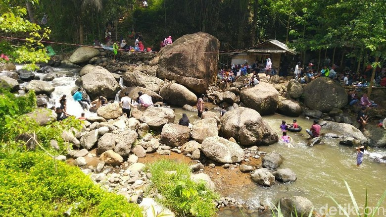 Sungai Cireong ramai dikunjungi turis saat libur akhir tahun (Dadang Hermansyah/detikTravel)