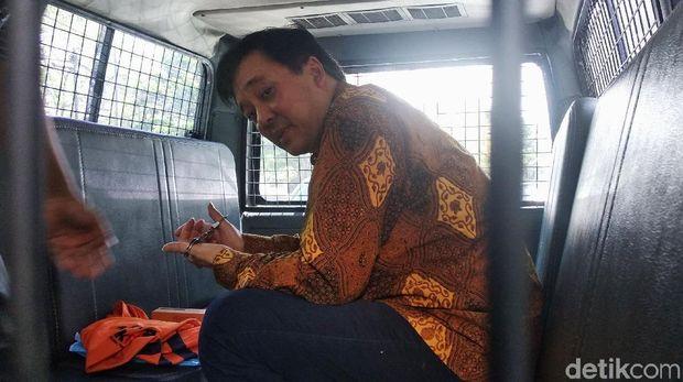 Selain para tersangka yang menjalani pemeriksaan di KPK, para terdakwa yang dibawa ke persidangan pun diborgol. Seperti tampak di Pengadilan Tipikor Bandung pada Rabu (2/1/2019), seorang terdakwa perkara suap terkait perizinan proyek Meikarta, Billy Sindoro, terlihat mengenakan borgol.