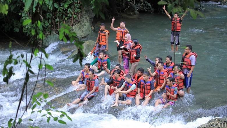 Wisatawan yang tengah asyik main air di Sungai Citumang (Wisma/detikTravel)