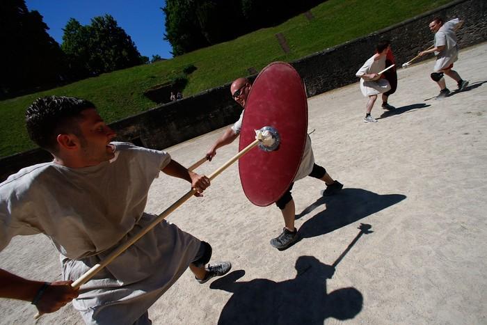 Di sekolah ini kamu dilatih bagaimana caranya melakukan petarungan seperti seorang gladiator. (Foto: Ralph Orlowski/Getty Images)