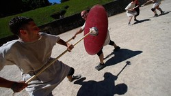 Sekolah gladiator ini diprakarsai oleh aktor asal Jerman Jan Krueger tahun 2011. Cocok untuk kamu yang ingin coba olahraga bela diri lain dari biasanya.
