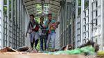 Jorok! Sampah Tahun Baru Menumpuk di JPO Medan Merdeka Barat