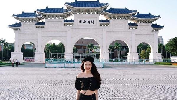 Di Taiwan, Milin berkunjung ke beberapa destinasi wisata. Termasuk di antaranya, Chiang Kai Sek Memorial Hall yang begitu populer di sana. (Instagram/@milinb3rry)