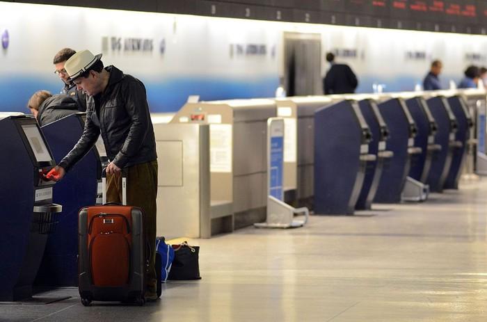 Ilustrasi mencetak boarding pass di mesin. Foto: Getty Images