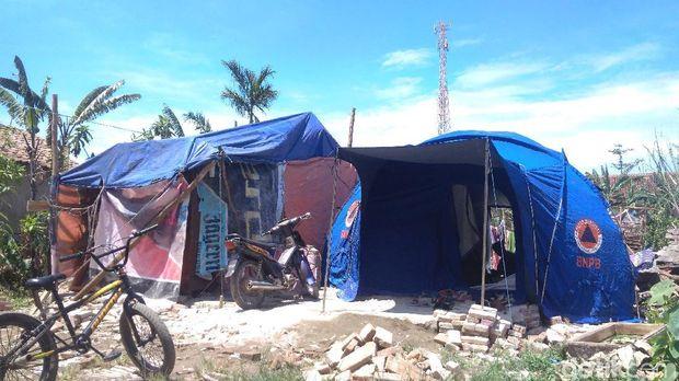 4 Keluarga Puting Beliung Cirebon Bertahan di Tenda Pengungsian