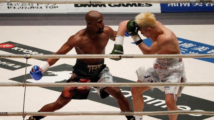Floyd Mayweather Jr malah diolok-olok usai mengalahkan Tenshin Nasukawa (REUTERS/Issei Kato)