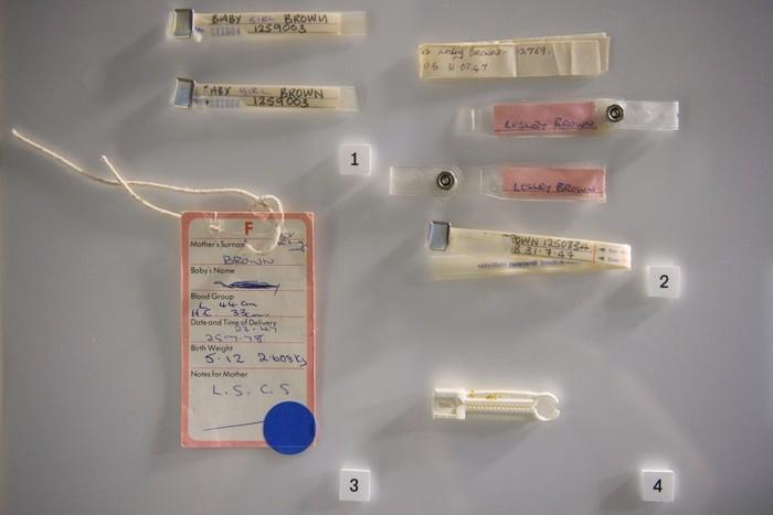 Penjepit tali pusar dan tag nama saat Louise lahir tahun 1978. (Foto: Leon Neal/Getty Images)