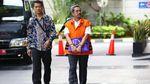 Foto Fashion Terbaru Tahanan KPK: Rompi Oranye Plus Borgol!