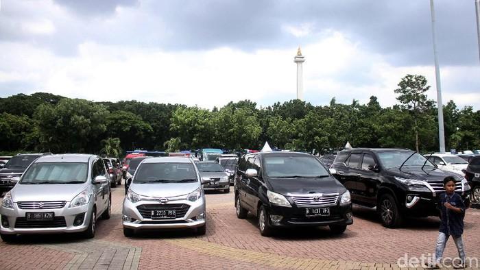 Pemprov DKI Jakarta akan menaikkan tarif parkir bagi kendaraan bermotor. Lapangan parkir IRTI Monas menjadi lokasi pertama diberlakukannya aturan itu.
