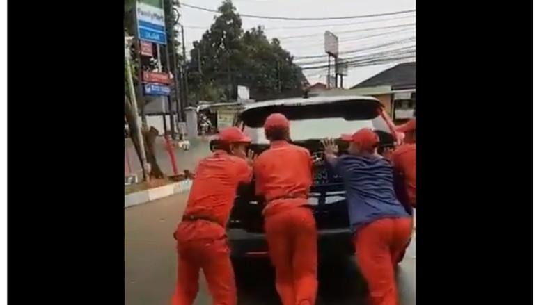 Mobil Menteri Agama mogok. Foto: Screenshot Twitter