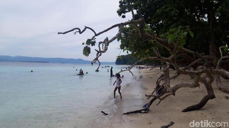 Pantai Akipai di Ambon (Muslimin Abbas/detikTravel)