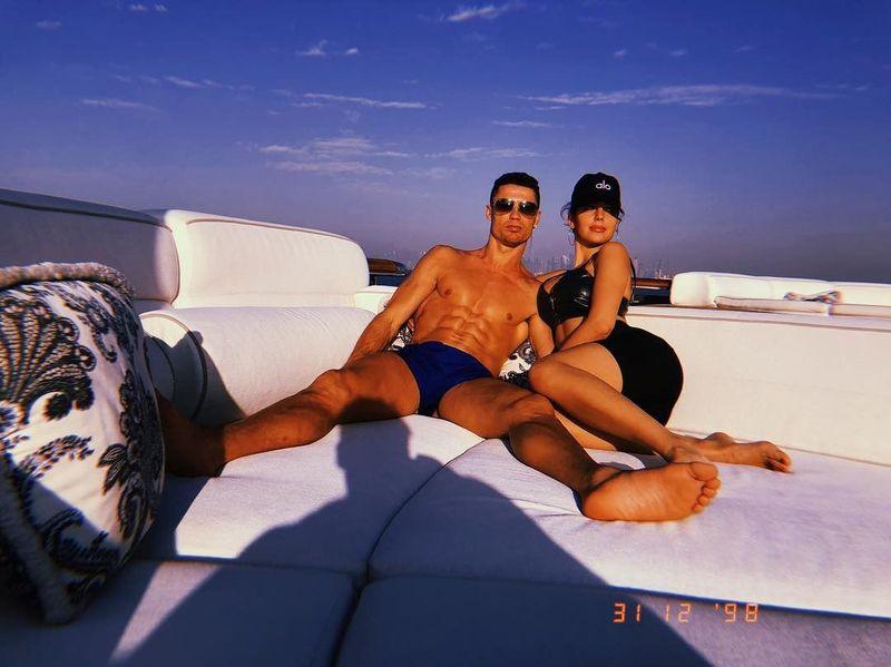 Merayakan Tahun Baru 2019, Cristiano Ronaldo mengajak keluarganya serta kekasihnya, Georgina Rodriguez ke Dubai. Mereka menyewa yacht dan berlayar di perairan Pantai Jumeirah (Instagram/georginagio)