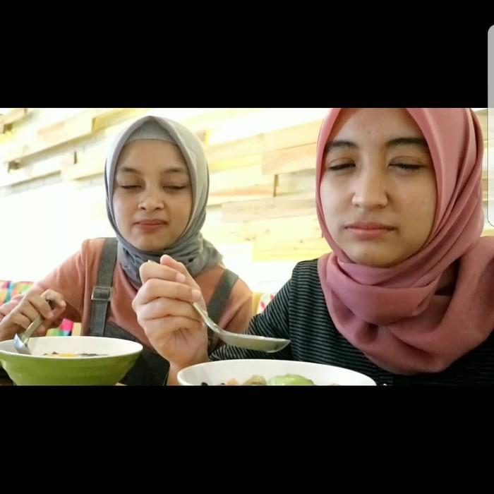 Makan bersama dengan komedian lain yaitu Neneng. Loh kok kalian nggak siap gitu ya pas di foto, merem semua. Foto: Instagram@arafahrianti
