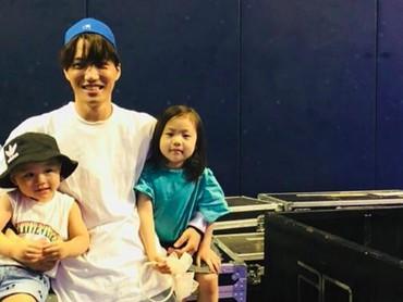 SenyumKai Exo yang bahagia diapit anak-anak, senangnya! Foto: Instagram/zkdlin)