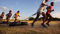 Muay thai adalah olahraga bela diri serius di Thailand. Anak-anak yang ingin jadi petarung profesional menerima latihan keras sejak muda.