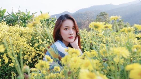 Milin memang suka berwisata ke alam, contohnya saat dia berfoto di kebun bunga cantik di Chiang Mai ini. Paras cantiknya memang mampu membuat orang yang menatapnya bisa jatuh hati. (Instagram/@milinb3rry)