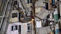 Aksi Tim Penyelamat Evakuasi Korban Ledakan Gas di Rusia