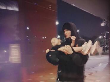 Kelihatan kalau anak-anak juga senang dekat dengan Kai Exo. Setuju? (Foto: Instagram/zkdlin)