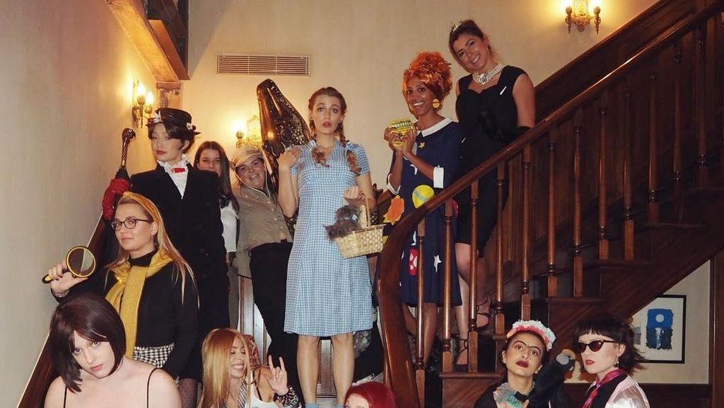 Rayakan Tahun Baru, Begini Serunya Taylor Swift CS Gelar Pesta Kostum