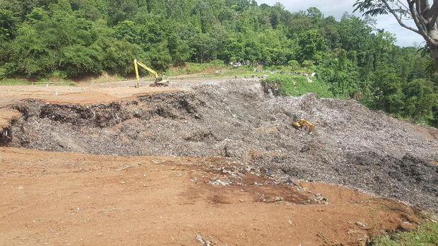 Evakuasi harus hati-hati karena kondisi tanah yang labil.