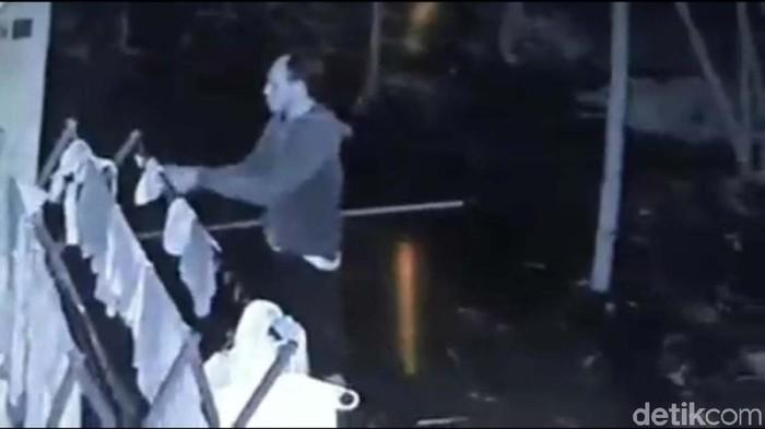 Video CCTV yang perlihatkan pria mencuri celana dalam. Foto: Pradito Rida Pertana/detikcom
